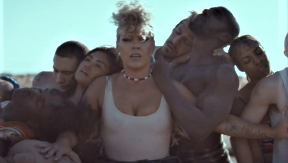 P!nk z mocnym klipem do najnowszej piosenki WHAT ABOUT US