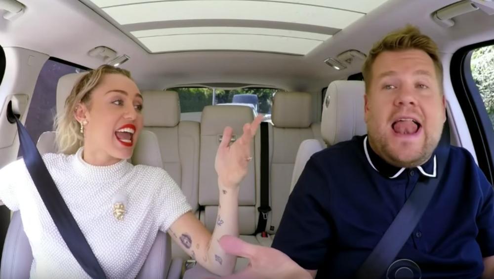 Miley Cyrus śpiewa swoje największe hity i… liże znaczki w Carpool Karaoke Jamesa Cordena
