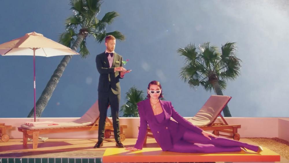 """Calvin Harris i Dua Lipa retro w wakacyjnym klipie do """"One Kiss"""". ZOBACZ"""