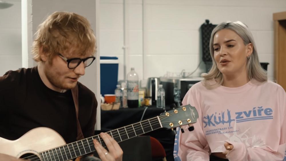 """Ed Sheeran i Anne-Marie śpiewają """"2002"""" akustycznie"""