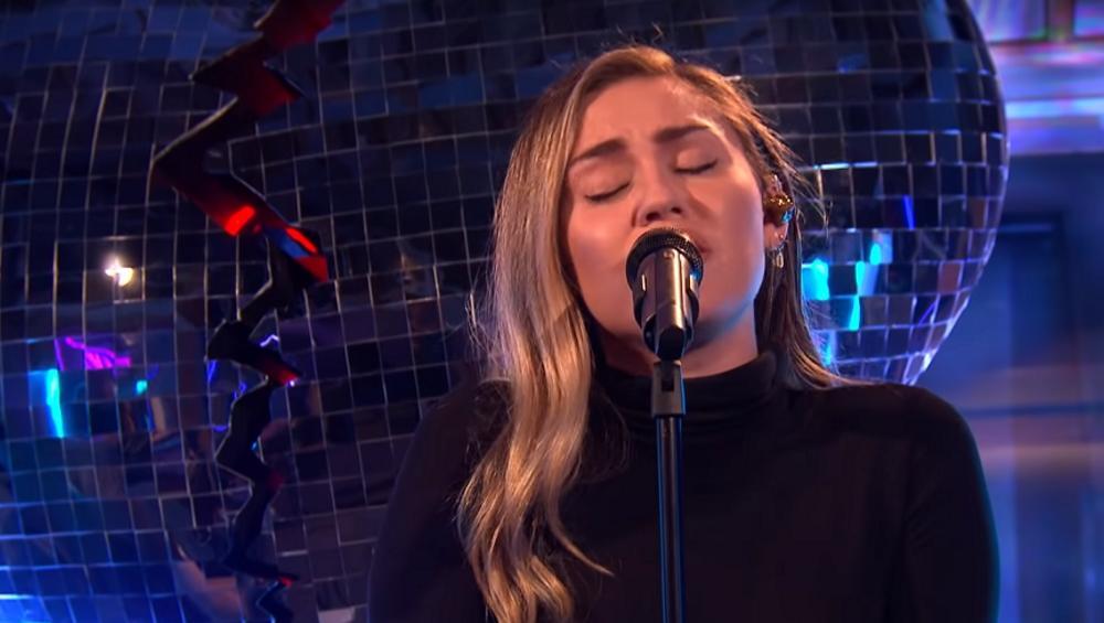 Miley Cyrus śpiewa NO TEARS LEFT TO CRY Ariany Grande! Która lepiej?
