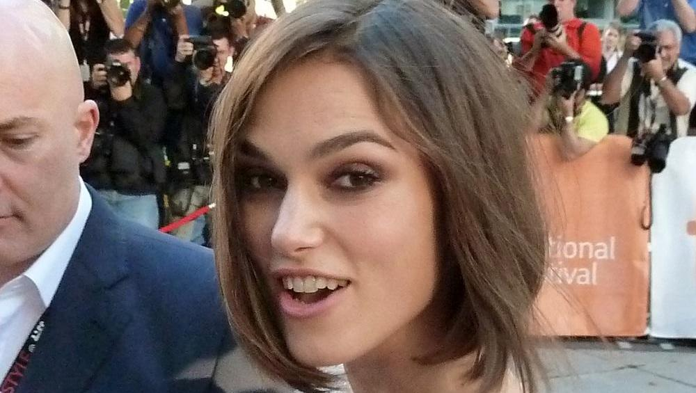 Keira Knightley gra Despacito na… ZĘBACH! Ma talent?
