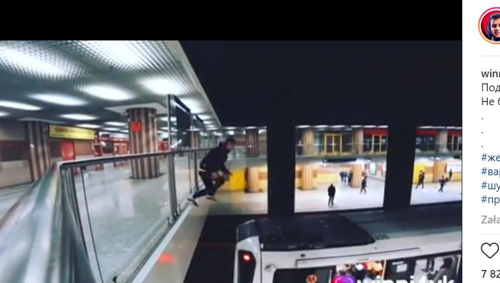 Niebezpieczny popis w metrze warszawskim. Chłopak skoczył na dach pociągu [WIDEO]