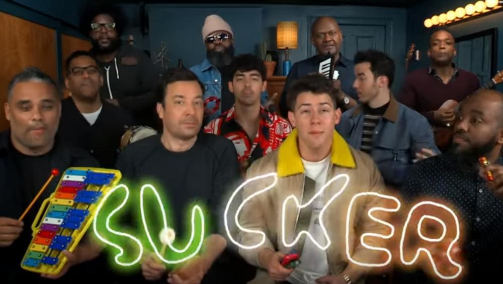 Sucker na szkolnych instrumentach. Jonas Brothers z niezwykłą ekipą! VIDEO