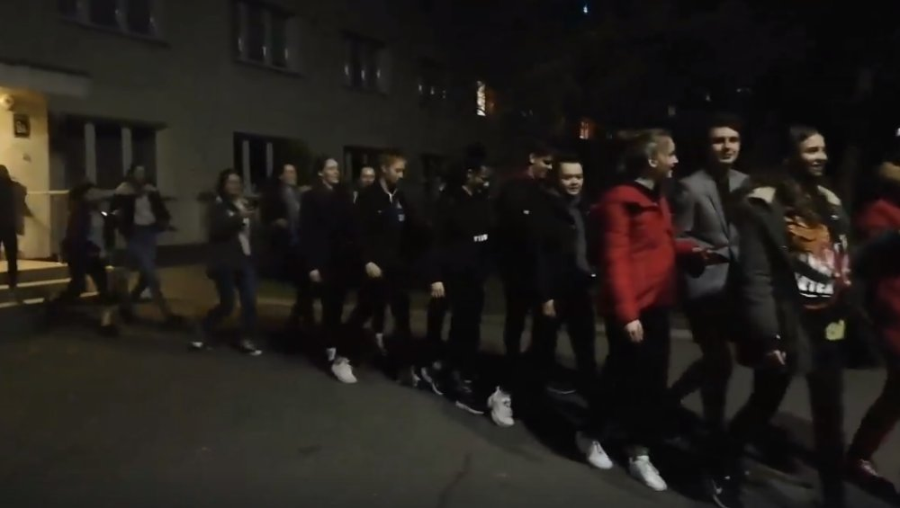 Uczniowie z Polic wypuszczeni po kwarantannie. Wyszli tanecznym krokiem