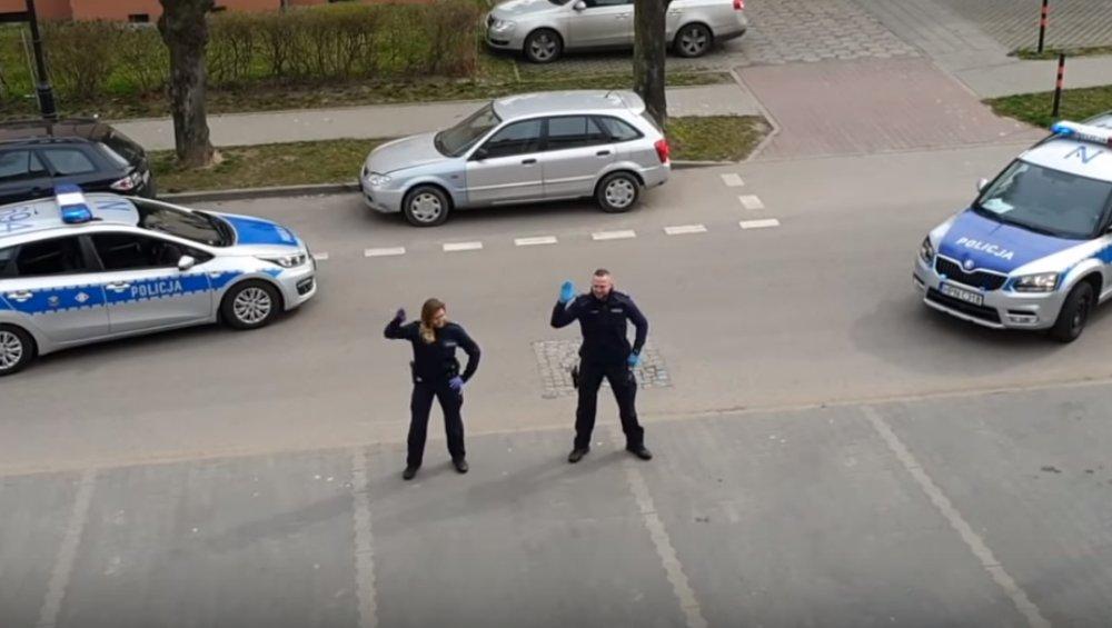 Koronawirus: polscy policjanci zaskakują podczas patrolu miasta