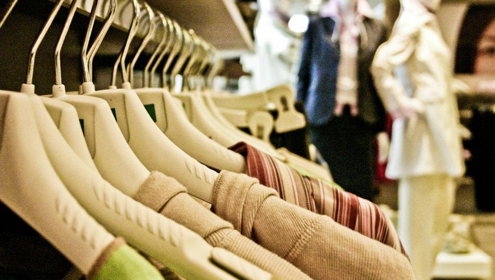 """Znana marka odzieżowa sprzedaje ubrania na """"ból istnienia""""? Jest oświadczenie"""