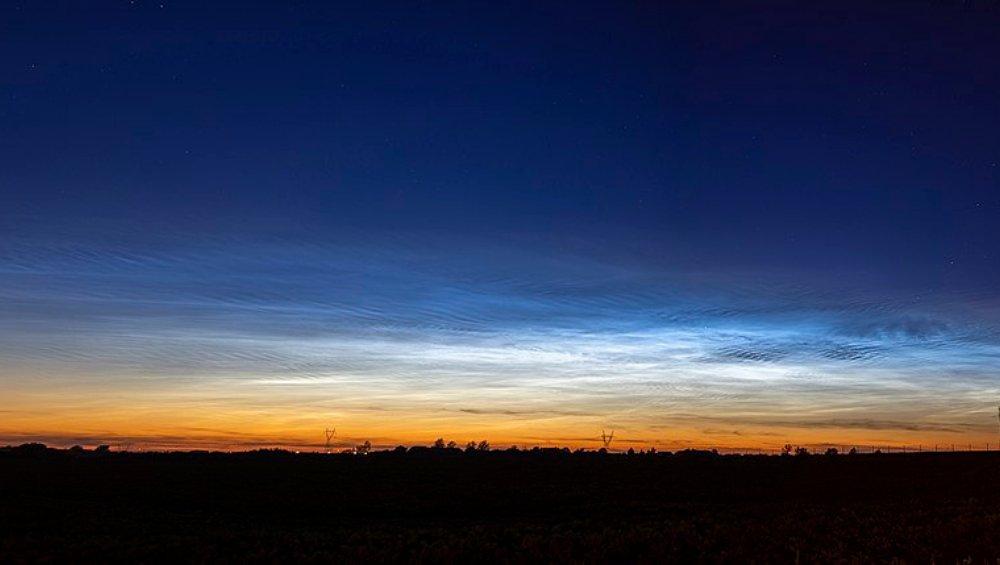 Chmury świecące na niebie. Kiedy obserwować obłoki srebrzyste?