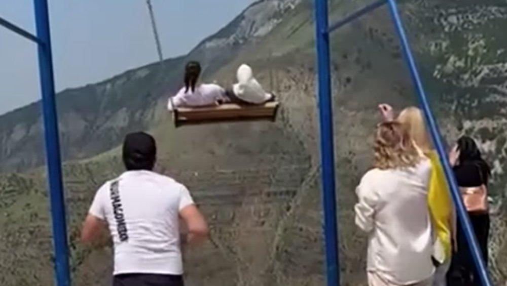 Dwie kobiety spadły w przepaść z zerwanej huśtawki. Wstrząsające wideo ze zdarzenia