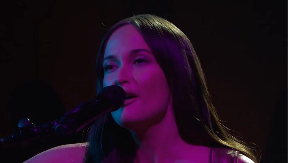 Piosenkarka wystąpiła nago w telewizji. Miała tylko gitarę