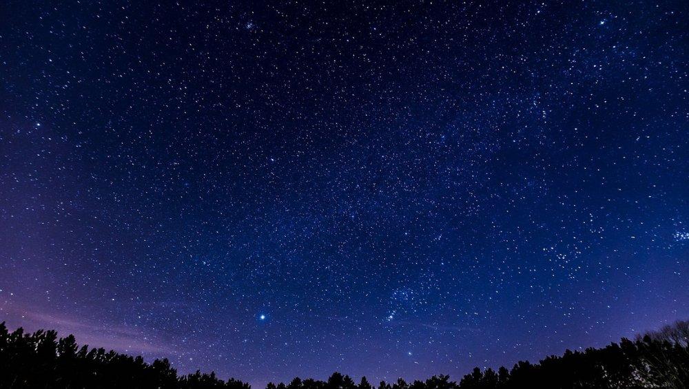 Spadające gwiazdy – październik 2021. Kiedy oglądać Drakonidy?